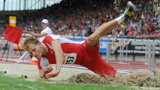 Der Weitspringer Christian Reif bei den Deutschen Leichtathletik-Meisterschaften 2010 in Braunschweig: Hier holt er sich die Goldmedaille vor vollen Rängen im Eintracht-Stadion.