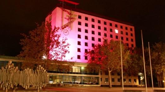 Ganz in pink erstrahlt das Wolfsburger Rathaus noch bis zum 11. Oktober.