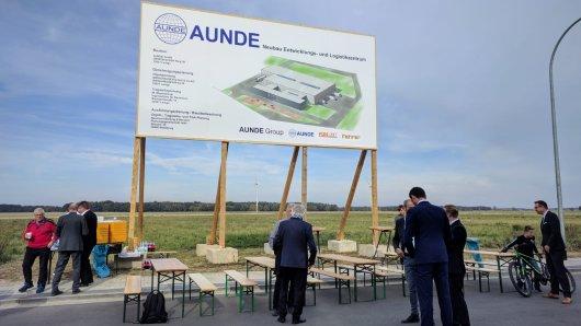 Standortleiter Jochen Wirtz, Geschäftsführer Cesur Sünnetcioglu und Bürgermeister Alexander Hoppe eröffnen die Baustelle.
