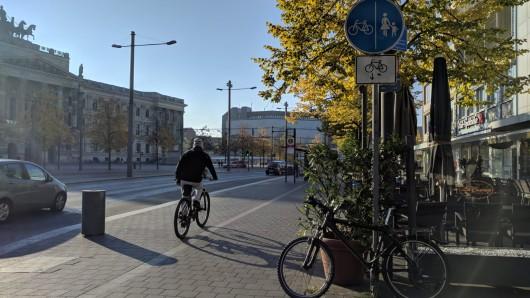 Für Fahrradfahrer soll künftig eine eigene Spur auf dem Bohlweg entstehen.