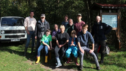 Diese freiwilligen Helfer haben die Leiferder Teiche von  Büschen und Sträuchern befreit.