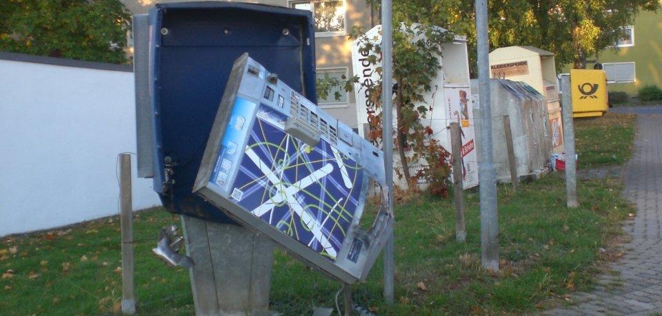 Unbekannte haben in Schöningen einen Zigarettenautomaten gesprengt.