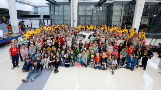 180 Kinder entdeckten die Welt von Volkswagen am Tag der Technik der Kids Academy