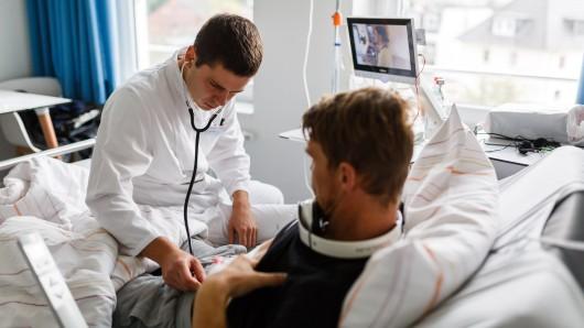 Holzminden: Der junge Arzt Kyril Halavach untersucht einen seiner Patienten. In Niedersachsen erhalten immer mehr ausländische Ärzte eine Berufserlaubnis.