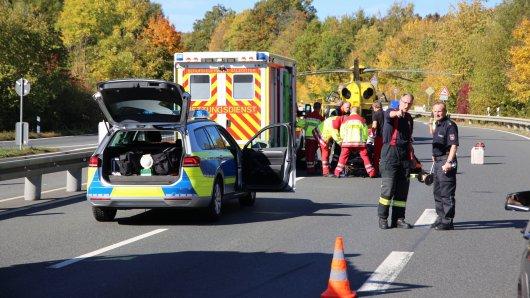 Mit dem Hubschrauber wurde der Fahrer ins Krankenhaus gebracht.