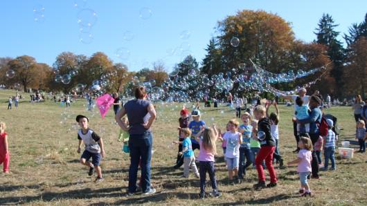 Nicht nur Drachen, sondern auch Seifenblasen sind beim Drachenfest auf dem Nussberg in die Luft gestiegen.