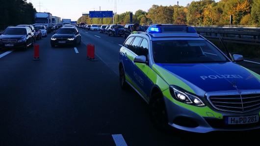 Die Polizei leitete den Verkehr einspurig an der Unfallstelle in Braunschweig vorbei (Archivbild).