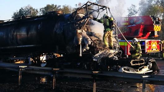 Für den Fahrer dieses Tankzuges gab es keine Rettung: Er verbrannte in seiner Kabine. Die A2 ist nun für Fahrbahnarbeiten gesperrt.