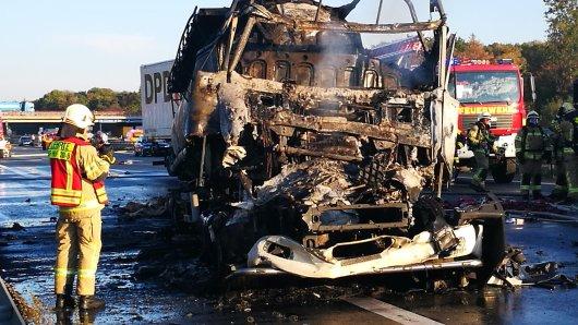 Das Fahrerhaus des Lkw ist völlig ausgebrannt.