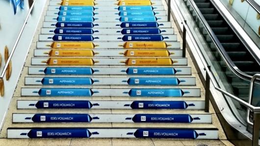 So sieht die blau-gelbe Bahnhofstreppe in Hannover aus - während Eintracht-Fans feiern, reagieren Hannoveraner unterschiedlich...