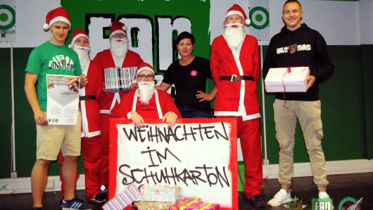 """Der Fanclub Weekendbrothers und das Fanprojekt Wolfsburg rufen VfL-Fans zur Beteiligung an der Aktion """"Weihnachten im Schuhkarton"""" auf."""