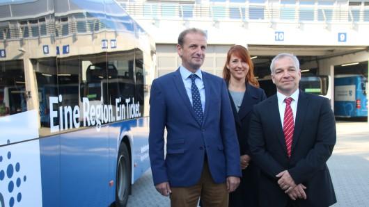 Die Geschäftsführer Henning Brandes und Timo Kaupert sowie Katja Keil, Leiterin der Geschäftsstelle, haben die Zukunftspläne des Verkehrsverbundes vorgestellt.