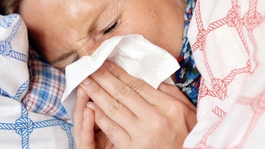 Wen's erwischt hat, sollte sich im Betrieb krank melden und die Influenza in Ruhe auskurieren (Archivfoto).
