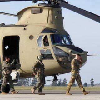Einer der Chinook-Hubschrauber während des Tankstopps auf dem Flughafen Braunschweig.