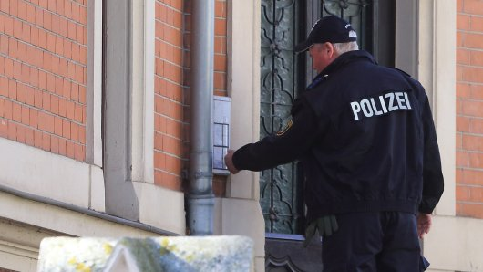 Der Mann habe nur von seiner Frau abgelassen, weil die Polizei vor der Tür stand (Symbolbild).