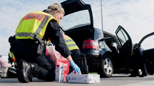 Beamte der Wolfsburger Polizei haben einen VW-Fahrer aus dem Auto heben und durchsuchen müssen - weil der 58-Jährige das Recht der Uniformierten zur Kontrolle bezweifelt und ihnen keine Dokumente zeigen wollte (Symbolbild).