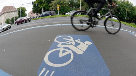 Ein Radfahrer und ein Autofahrer sind am Freitag in Lehre aneinander geraten.  (Symbolbild)