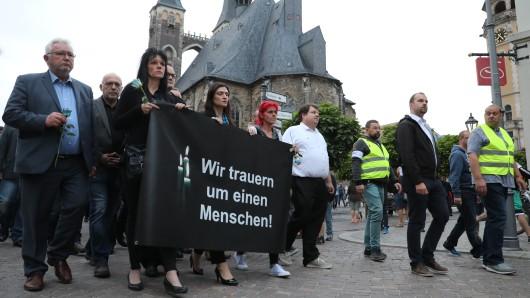 Teilnehmer einer Kundgebung für den in der Nacht zum 9. September umgekommenen 22-Jährigen in Köthen.