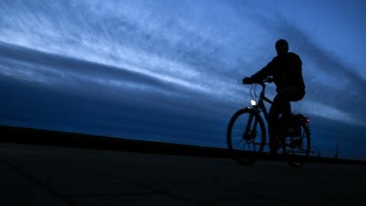 Wie sichtbar sind Radfahrer in der dunklen Jahreszeit? Darum geht's am Samstag, 27. Oktober, bei der Aktion Sei helle auf dem Platz der Deutschen Einheit in Braunschweig (Symbolbild).