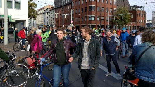 Rund 100 Radfahrer waren am Samstagvormittag auf den Hagenmarkt gekommen, um an der Demo teilzunehmen.
