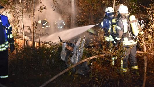 Der Wohnwagen wurde bei dem Feuer völlig zerstört; ein zweiter Wagen sowie ein Geräteschuppen trugen schwere Schäden davon.