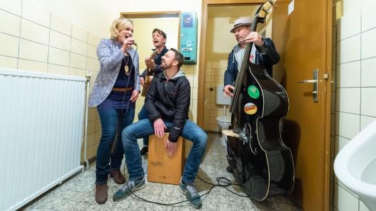 Rockmusik auf der Herrentoilette: Die Eichenquelle in Groß Thondorf feierte den Geburtstag ihres Kondomautomaten.