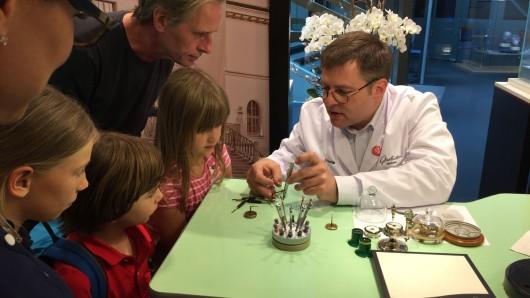 Die Mechanik von einem echten Uhrmacher erklären lassen.