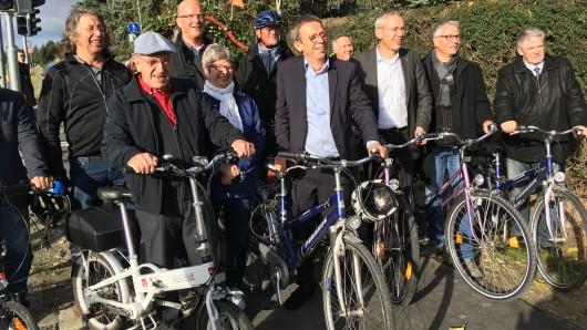 Kommunalpolitiker und Vertreter aus der Rathaus-Chefetage mit Oberbürgermeister Klaus Mohrs (SPD) an der Spitze weihten den 5,5 Kilometer langen Radweg zwischen Almke und Hehlingen ein.