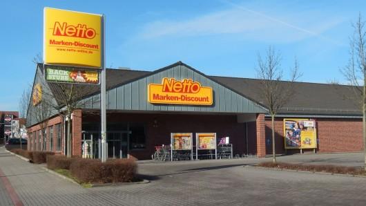 Ein Zeuge hatte das Klirren einer Scheibe gehört - und die Polizei konnte die beiden mutmaßlichen Supermarkt-Einbrecher stellen, noch bevor sie im Laden waren (Symbolbild).