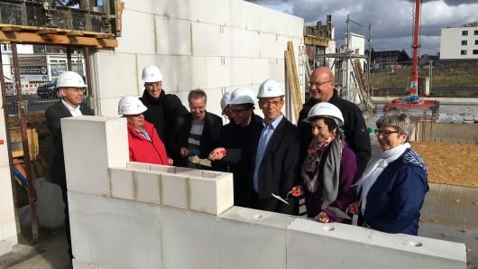 Ein paar Mauern sind zwar schon gezogen. Trotzdem fand am Montag die sogenannte Grundsteinlegung statt.