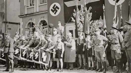 Bürgermeister WiardBronleewe spricht auf einem NS-Aufmarsch vor dem Rathaus, 1940