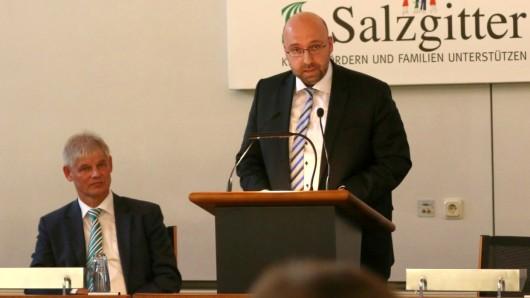 Finanz-Stadtrat Eric Neiseke (am Pult) und Oberbürgermeister Frank Klingebiel (CDU).