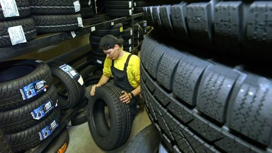 So gut gefüllt ist das Lager des betroffenen Helmstedter Reifenhändlers beileibe nicht mehr: Unbekannte räumten es am Wochenende leer. Die 400 gestohlenen Reifen haben einen Wert von rund 50.000 Euro (Symbolbild).