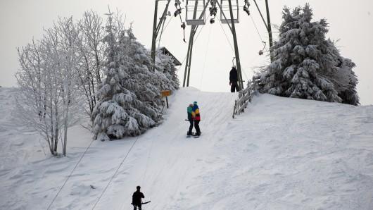 Wintersportler nutzen die Liftanlage auf dem Sonnenberg im Harz.