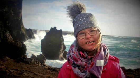 Die neunjährige Lydia genießt den Strandausflug.