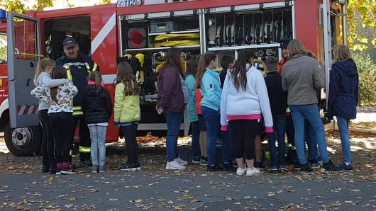 Die Fahrzeuge der Feuerwehr wurden unter die Lupe genommen.