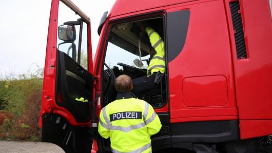 In einer groß angelegten Kontrolle am Donnerstagvormittag hatten die Beamten den Sicherheitszustand der Fahrzeuge im Visier. Im gleichen Zuge wurden dann gleich noch die Lenk- und Ruhezeiten der Fahrer kontrolliert.