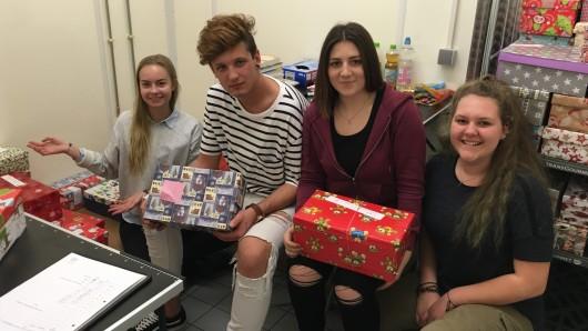 Julia Swiatkowski (r.) und einige ihrer Mitstreiter wollen auch in diesem Jahr Kindern aus finanzschwachen Familien mit ihrer Aktion Päckchen für Braunschweig eine Freude bereiten.