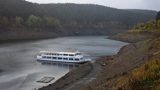 Das Touristenschiff MS AquaMarin ist im Niedrigwasser der Okertalsperre (Oderstausee) im Harz zu sehen. Die Talsperre wird von den Harzwasserwerken betrieben.