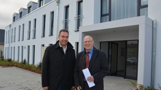 Jens Segler (links) und Wolf-Rüdiger Umbach freuen sich über das neue Wohnheim-Ensemble am Exer.