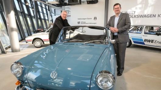 Dieter Landenberger (rechts), Leiter Volkswagen Heritage, und Eberhard Kittler, Vorstand der Stiftung AutoMuseum Volkswagen, am Proto¬typ des VW Typ 3 Cabriolet in der Volkswagen Classic Pop-up-Gallery.