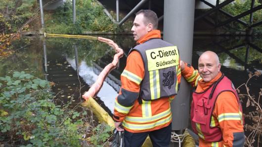 Einsatzkräfte der Feuerwehr haben eine Ölsperre eingerichtet.