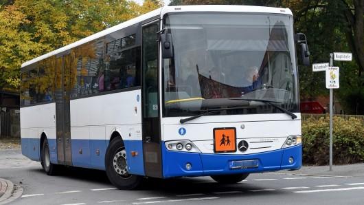 Während der Fahrt hat ein vollbesetzter Schulbus bei Müden den linken hinteren Zwillingsreifen verloren (Symbolbild).