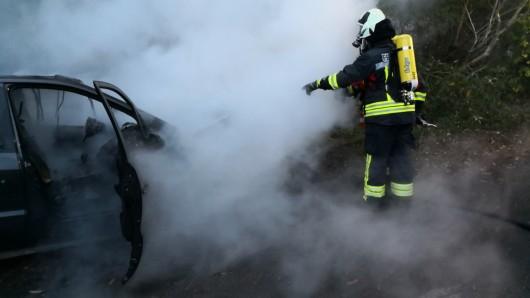 Unter Atemschutz löschten die Einsatzkräfte der Freiwilligen Feuerwehr Schöppenstedt den brennenden Wagen innerhalb von 20 Minuten.