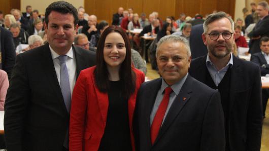 Franco Garippo (2.v.r.) und Anna Neuendorf gehen für die SPD im Braunschweiger Land in die Europawahl im Mai 2019. Flankiert werden die beiden Kandidaten von Bundesarbeitsminister Hubertus Heil (l). und Außen-Staatsminister Michael Roth.