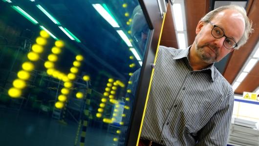 Andreas Bauch, Leiter der Arbeitsgruppe Zeitübertragung bei der Physikalisch-Technischen Bundesanstalt Braunschweig, vor einer der für die Zeitumstellung wichtigen Atomuhren.
