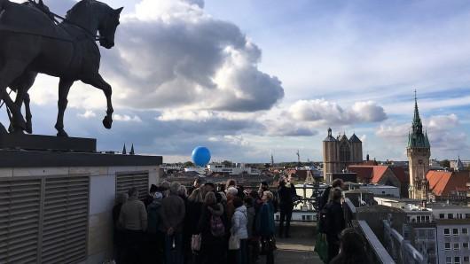 Insgesamt rund 1.800 Gäste nahmen die Einladung an, anlässlich des zehnten Geburtstages der Braunschweiger Quadriga die Besucherplattform auf dem Schloss zu besteigen - und den Blick über Braunschweigs Dächer schweifen zu lassen.