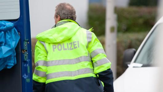Ein Beamter der Spurensicherung vor Ort in der Gabelsbergerstraße.