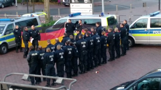 Die AfD sieht in dieser Polizeiaktion einen Ausdruck der Verbundenheit der Beamten mit den Alternativen - die Polizei Oldenburg hat eine ganz andere Erklärung.