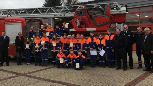 Bestanden - und stolz darauf: Insgesamt 17 Mädchen und Jungen aus den Jugendfeuerwehren Helmstedt, Grasleben und Mariental haben die Jugendflamme der Stufen 1 oder 2 abgelegt.